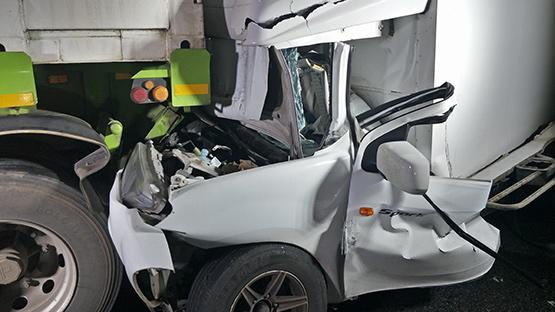 กระบะห้องเย็นถูกสิบล้อเบรกแตกอัดท้ายเสียชีวิตคาซากรถ