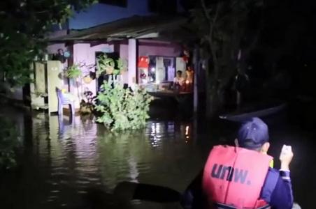 ทหารนำเรือลาดตระเวนป้องภัยชาวบ้านยามวิกาล พร้อมคุยคลายเครียดน้ำท่วม