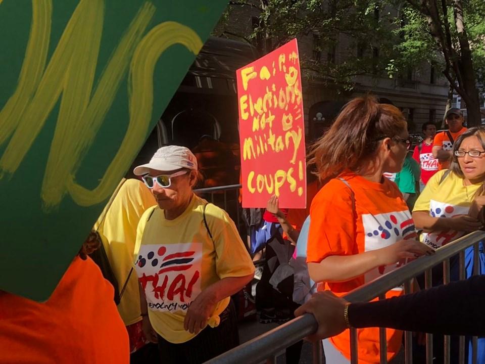กลุ่มชาวต่างชาติที่มาประท้วง พล.อ.ประยุทธ์ จันทร์โอชา ในนิวยอร์ก