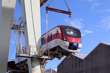 ขนส่งทางเรือแล้ว 2 ขบวนแรก รถไฟฟ้าสายสีแดง คาดมาไทยกลางเดือน ต.ค.นี้