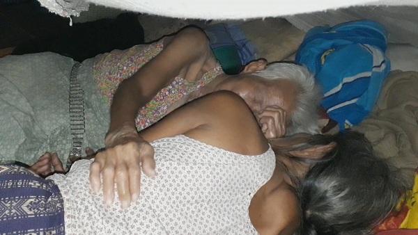สุดซาบซึ้ง!ป้าวัย 65 ลูกกตัญญูตื่นตี 1-ขายเผือกขายมันดูแลแม่ตาบอดวัย 90