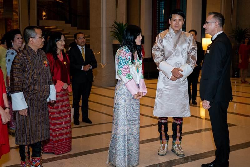 เคานต์เจรัลด์ แวน เดอ สตราเทน พอนโธส รับเสด็จเจ้าหญิงเดเชน ยังซอม วังชุก และดาโช ตานดิน นัมเยล แห่งราชอาณาจักรภูฏาน
