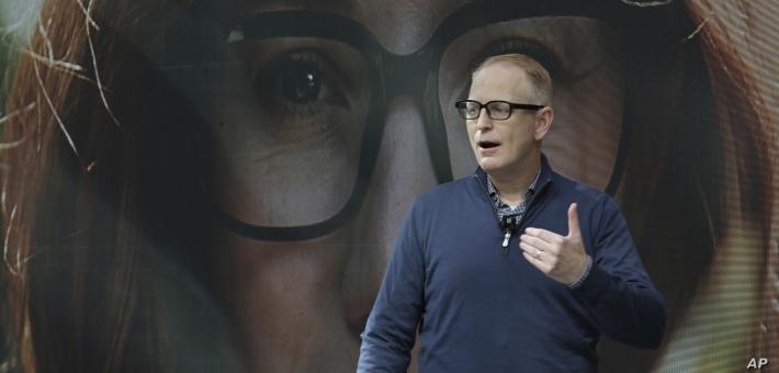 Dave Limp รองประธานอาวุโสหน่วยธุรกิจอุปกรณ์และบริการ Amazon ขณะสวมแว่น Echo Frames