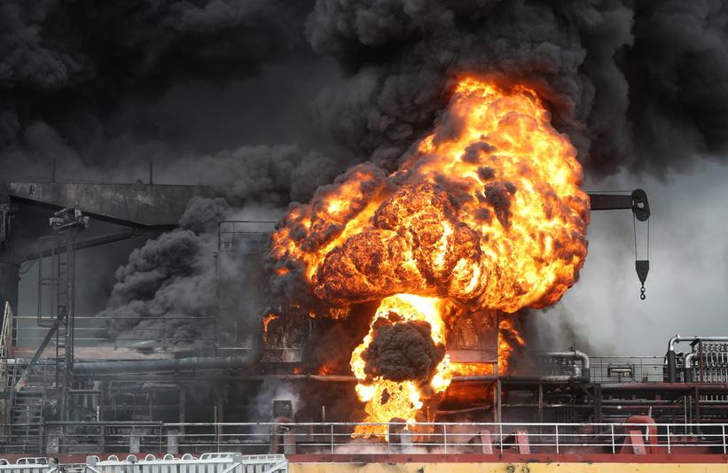 ภาพระทึก!! เรือบรรทุกน้ำมันระเบิดไฟลุกท่วมใน 'เกาหลีใต้' ลูกเรือเจ็บ 9 คน