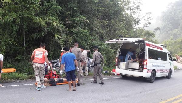 หวิดสลด !รถเก๋งทะเบียนกรุงเทพหลุดโค้งชนเขาทางไปบ่อเกลือน่านเจ็บยกคัน