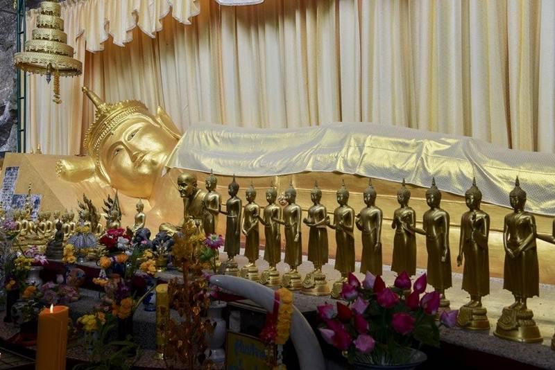 พระพุทธรูปปางปรินิพพานทรงเทริดมโนราห์