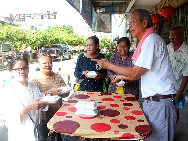 พ่อค้าร้านช้าวต้มเมืองเบตงทำอาหารเจแจกฟรี 9 วัน
