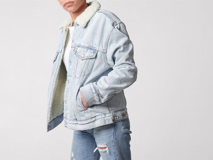 รูปลักษณ์ของเสื้อดูเหมือนแจ็คเก็ตยีนส์ปกติทั่วไป