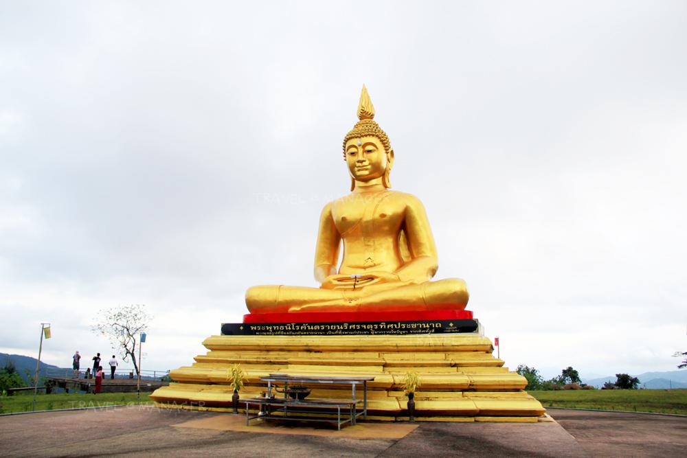 สักการะพระพุทธรูปองค์ใหญ่