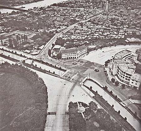 ย่านสะพานผ่านพิภพลีลา เห็นสะพานเสี้ยวอยู่ด้านซ้าย เหนือสนามหลวง