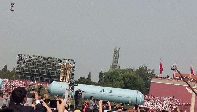 ขบวนแห่ JL-2 ขีปนาวุธยิงจากเรือดำน้ำพลังนิวเคลียร์ หรือ Big Wave-2 ในขบวนพาเหรดของกองทัพปลดแอกประชาชนจีนระหว่างพิธีฉลองวาระครบรอบ 70 ปี การสถาปนาสาธารรัฐประชาชนจีน ณ จัตุรัสเทียนอันเหมิน กรุงปักกิ่ง เมื่อวันที่ 1 ต.ค. 2019 (ภาพโดย MGR ONLINE)