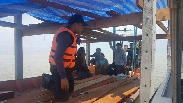 รวบ 5 คนงานลักลอบสร้างขนำเฝ้าหอยแครงปากร่องน้ำอ่าวบ้านดอน เจอ 3 ข้อหาหนัก