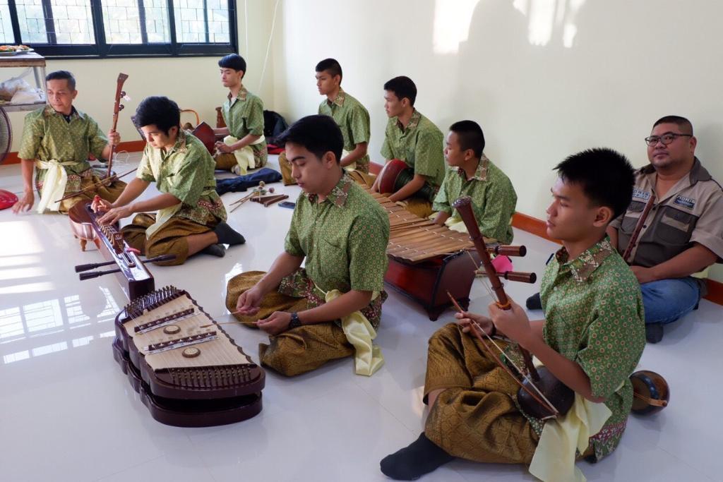 การแสดงดนตรีไทยเพลงพระราชนิพนธ์ จากบรรดาลูกหลานผู้ประกอบการที่ร่วมออกร้าน
