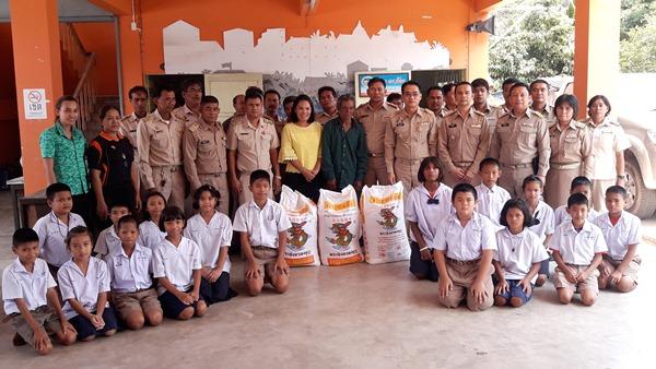 สะพานบุญ..ลุงผวนขโมยข้าวหมาบ่อขยะ ส่งต่อข้าวสารให้โครงการอาหารกลางวันเด็ก นร.
