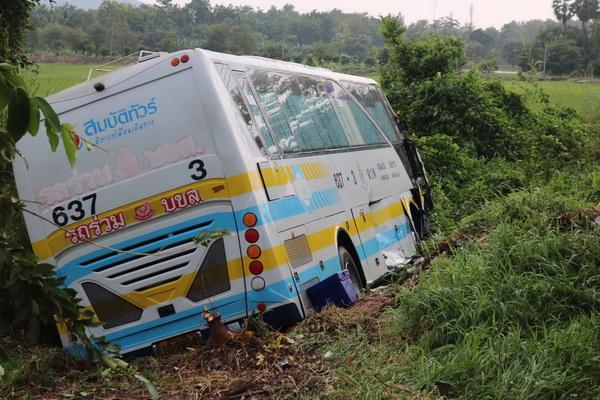 สลด ! ฝนตกถนนลื่นรถกฟภ.วิ่งข้ามเลนชนรถทัวร์เชียงราย – ขอนแก่นตกข้างทางเสียชีวิต 1 เจ็บ 4