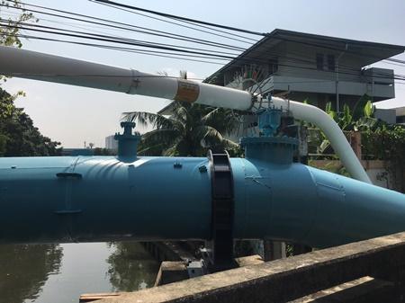 ท่อปะปา (สีฟ้า)  ท่อน้ำมัน (  สีขาว )  ทั้งนี้ ใต้น้ำเป็นระบบน้ำเสียและท่อไซฟ่อน อยู่ใต้น้ำ