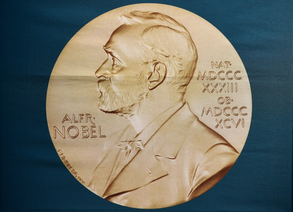 ภาพถ่ายเหรียญรางวัลโนเบล (Jonathan NACKSTRAND / AFP)