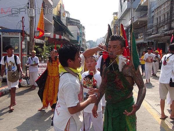 คึกคัก! ม้าทรงแสดงอิทธิฤทธิ์ปาฏิหาริย์ในงานเทศกาลกินเจเบตงเชื่อมสัมพันธ์ไทยมาเลย์