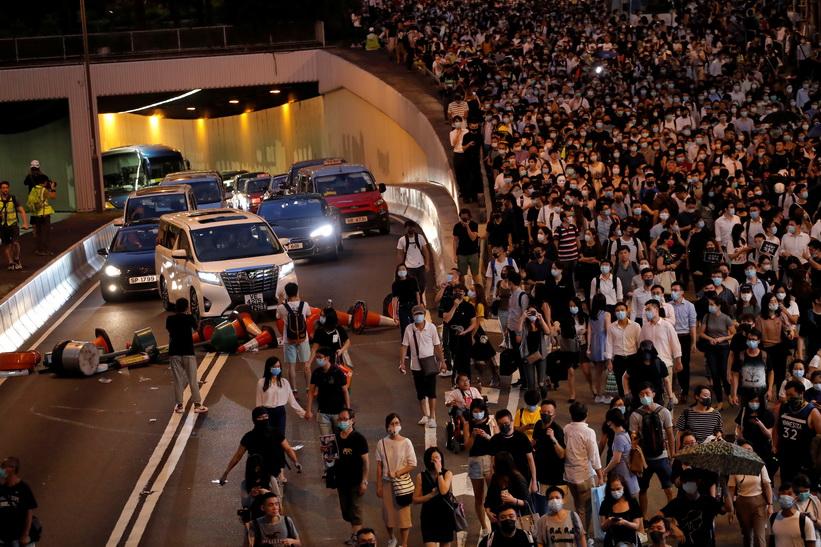 รถไฟใต้ดินฮ่องกง 'หยุดให้บริการ' ทั้งระบบ หลังม็อบบุกเผาสถานีประท้วงแบนหน้ากาก