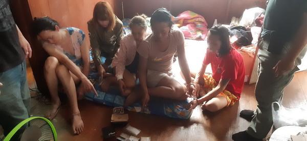 รวบยกแก๊ง ! ตร.เชียงดาวบุกจับกลุ่มหนุ่มสาวเปิดบ้านมั่วสุมเสพ-ขายยาบ้าทั้งวันทั้งคืน