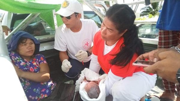 นาทีชีวิต! สาวเมียนมาปวดท้องคลอดลูก โทรแจ้งกู้ภัย ยังไม่ทันถึงโรงพยาบาล คลอดบนรถ ปลอดภัยทั้งแม่และลูก