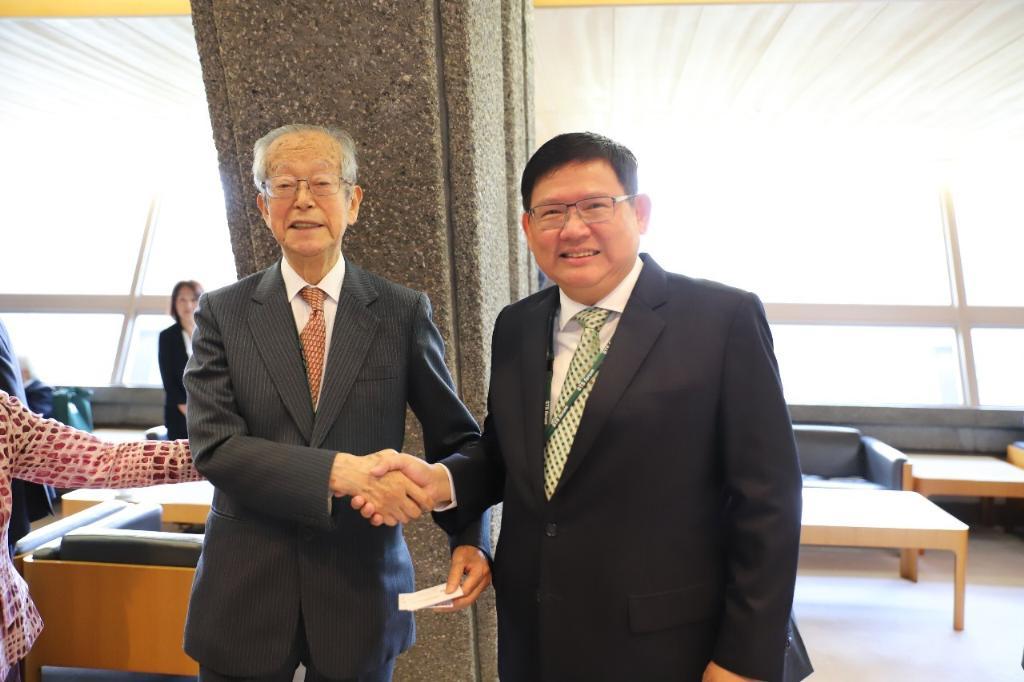 โคจิ โอมิ ผู้ก่อตั้งและประธาน STS Forum กับ ดร.สุวิทย์ เมษินทรีย์