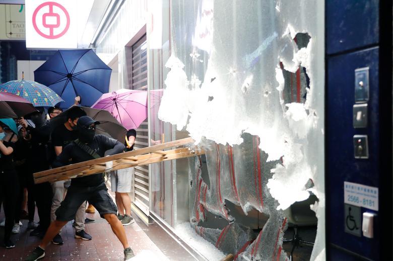 ม็อบฮ่องกงเดินหน้าทำลายทรัพย์สิน ศาลเมินระงับคำสั่งห้ามสวมหน้ากาก