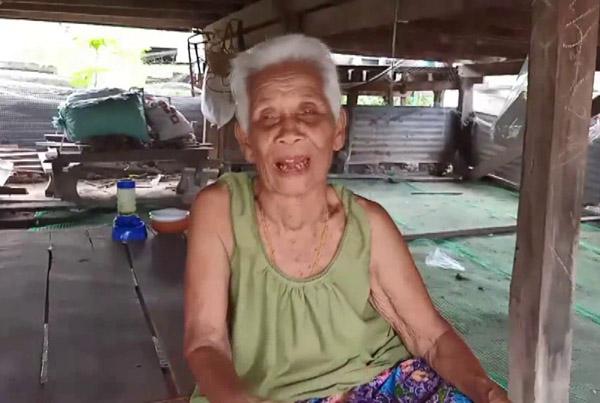 คุณยายเลื่อน  ฉุนเชื้อ  อายุ 82 ปี
