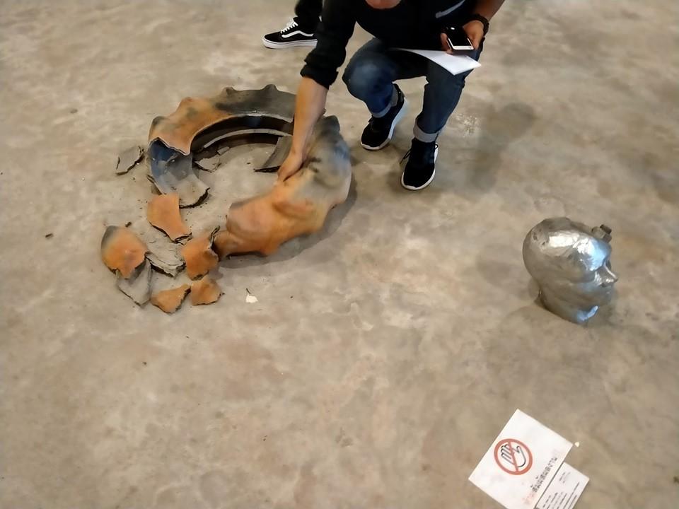 """อึ้ง! ลูกซนทำผลงานศิลปะแตก แม่ขอต่อครึ่งราคา อ้าง """"น้องเขายังเด็ก"""""""