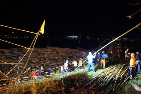 เร่งสร้างเรือไฟใหม่ให้ทันโชว์ออกพรรษาหลังถูกพายุซัดเสียหาย