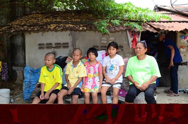 วอนสังคมช่วย หญิงสู้ชีวิตเลี้ยงลูก-หลานรวม 5 ชีวิตอาศัยอยู่กระต๊อบหลังเล็กเป็นที่ซุกหัวนอน