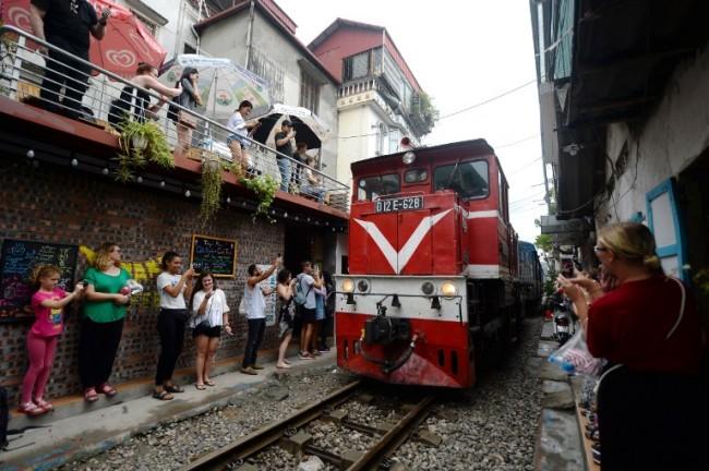 เวียดนามสั่งปิดร้านคาเฟ่ริมทางรถไฟจุดเชคอินสุดฮิตฮานอยชี้ทั้งอันตรายไม่เป็นระเบียบ