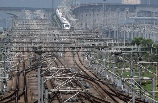 ว่า เส้นทางรถไฟสายใหม่ซึ่งมีความยาวรวม 1,586 กิโลเมตร จะช่วยลดความหนาแน่นของการเดินทางด้วยรถยนต์โดยสารระยะสั้น (แฟ้มภาพเอเอฟพี)