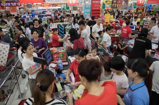 ชาวฮ่องกงบางส่วนรีบไปซื้อสินค้าตั้งแต่ซูเปอร์มาร์เก็ตเปิด แต่ก็ยังต้องต่อแถวชำระเงินนานกว่า 45 นาที (แฟ้มภาพเอเอฟพี - ภาพประกอบไม่เกี่ยวกับเนื้อหา)
