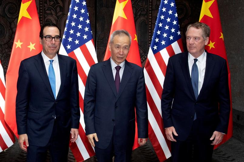 รองนายกรัฐมนตรี หลิว เหอ ของจีน, โรเบิร์ต ไลท์ไฮเซอร์ ผู้แทนการค้าสหรัฐฯ และ สตีเวน มนูชิน รัฐมนตรีกระทรวงการคลังสหรัฐฯ ถ่ายภาพหมู่ร่วมกันก่อนเปิดเจรจาการค้าที่นครเซี่ยงไฮ้ เมื่อวันที่ 31 ก.ค. (แฟ้มภาพ – รอยเตอร์)