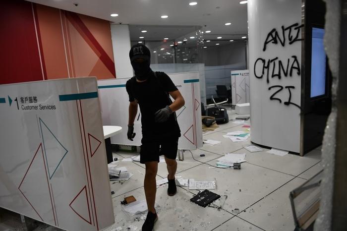 <i>กลุ่มผู้ประท้วงบุกเข้าทุบทำลายสาขาหนึ่งของธนาคารแห่งประเทศจีน (แบงก์ออฟไชน่า) ในย่านเกาลูน ของฮ่องกง เมื่อวันจันทร์ (7 ต.ค.) </i>