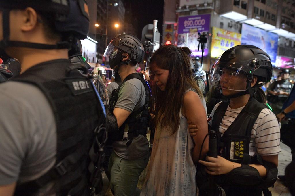 <i>ตำรวจจับกุมผู้ประท้วง ที่ถนนใกล้ๆ กับสถานีตำรวจมองก็อก เขตเกาลูน ของฮ่องกง เมื่อวันจันทร์ (7 ต.ค.) </i>