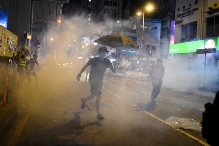 <i>ผู้ประท้วงถอยหลังตำรวจยิงแก๊สน้ำตาขับไล่ ในย่านมองก็อก เขตเกาลูน ของฮ่องกง เมื่อวันจันทร์ (7 ต.ค.)  </i>