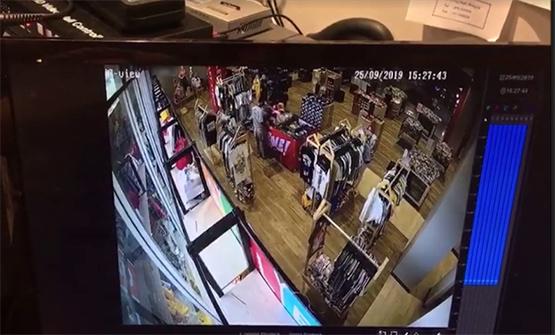 โจรแสบทำทีซื้อสินค้าก่อนฉกโทรศัพท์ไอโฟนหลบหนี