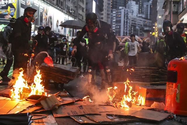 ผู้ประท้วงต่อต้านรัฐบาลได้จุดไฟในวันชัยเมื่อวันที่ 6 ตุลาคม หลังจากการชุมนุมเพื่อต่อต้านกฎหมายต่อต้านหน้ากากที่ออกโดยรัฐบาลเมื่อวันก่อน (ภาพเซาท์ไชน่ามอร์นิงโพสต์/แซมซาง)