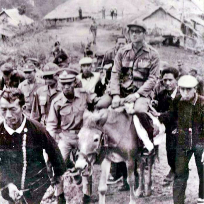 ในหลวง ร.๙ ประทับบนหลังล่อ ทรงเยี่ยมชุมชนชาวเขาเผ่าอาข่าที่บ้านผาหมี