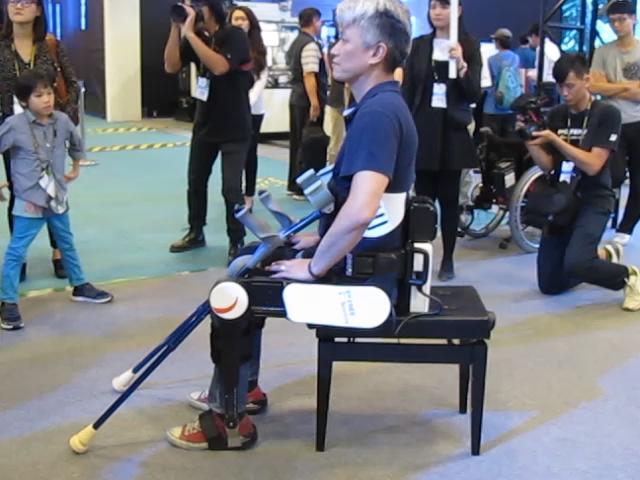 นวัตกรรมที่น่าสนใจอีกรายการคือ FREE Walk ขาหุ่นยนต์ที่สามารถช่วยเหลือผู้ที่มีอาการบาดเจ็บที่ไขสันหลัง ให้สามารถลุกขึ้นยืนและเดินด้วยตัวเอง (ภาพ MGR Online)