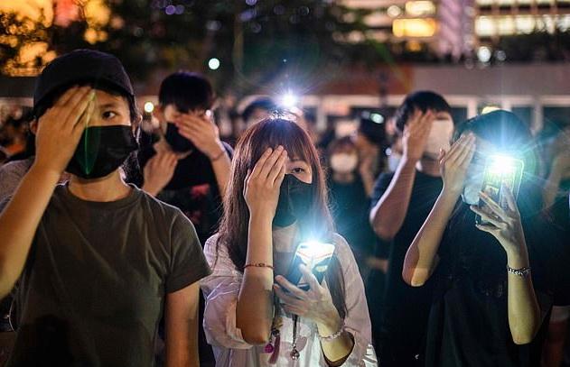 ผู้ชุมนุมชาวฮ่องกงใช้มือถือสำหรับแสดงสัญลักษณ์ระหว่างการประท้วง(ภาพจากเอเอฟพี)