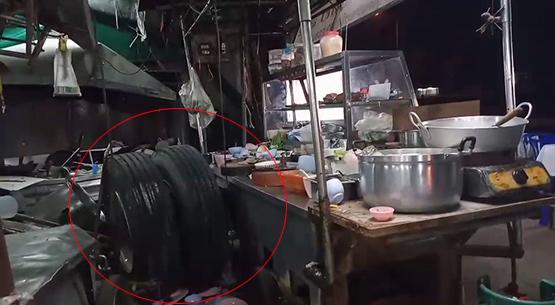 พ่อค้าระทึก! ขายข้าวต้มริมถนนล้อรถบรรทุกหลุดพุ่งใส่ร้านพังยับ