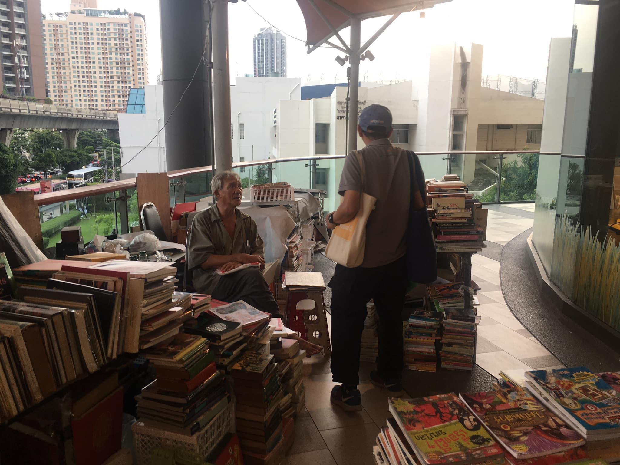 ชาวเน็ตแห่แชร์ ร้านหนังสือมือสอง ใกล้กับ BTS เอกมัย วอนอุดหนุน หลังพฤติกรรมการอ่านเปลี่ยนไป