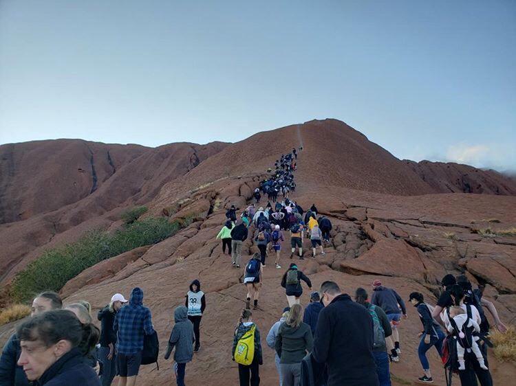 ชาวเน็ตจวกไร้สำนึก! นักท่องเที่ยวนับร้อยแห่ปีน 'หินแอร์ส' ก่อนคำสั่งแบนมีผลบังคับ