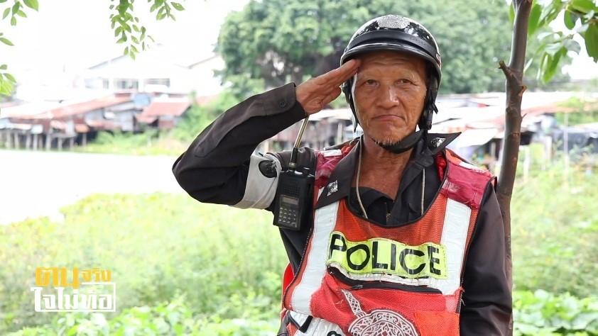 """""""ลุงจำรัส"""" จิตอาสาจราจร แม้เป็นตำรวจปลอม แต่สุขใจได้ช่วยเหลือประชาชนมา 36 ปี!"""
