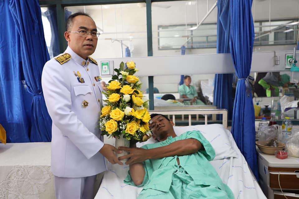 ในหลวง-พระราชินี โปรดเกล้าฯ ดอกไม้-ตะกร้าสิ่งของพระราชทาน มอบ อส.ที่บาดเจ็บ จากเหตุลอบวางระเบิด จ.ยะลา