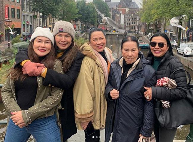 """นานๆจะได้เห็น """"ใหม่ เจริญปุระ"""" แท็กทีมครอบครัวเที่ยวอัมสเตอร์ดัม"""