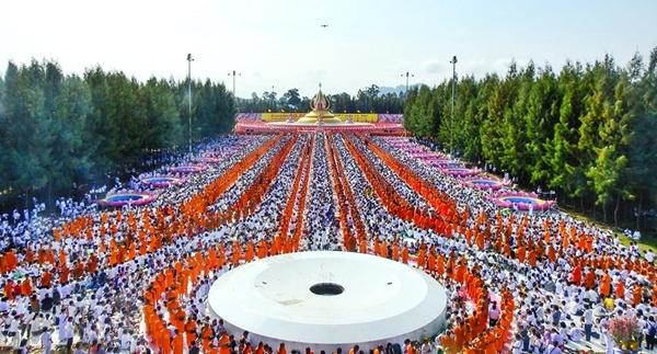 พิธีตักบาตรพระ 10,000 รูป เพื่อช่วยเหลือผู้ประสบภัยน้ำท่วม ณ พระมหาเจดีย์ทัตตชีโว 5 ตุลาคม 2562